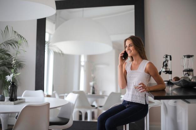 Ragazza che parla al telefono a casa