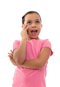 Una ragazza che parla al telefono su sfondo bianco