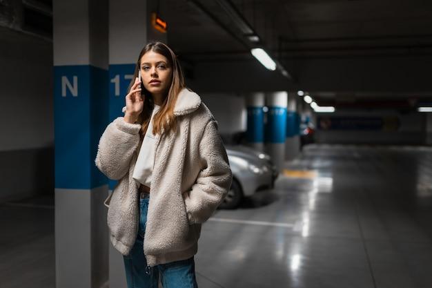 Ragazza che parla al telefono