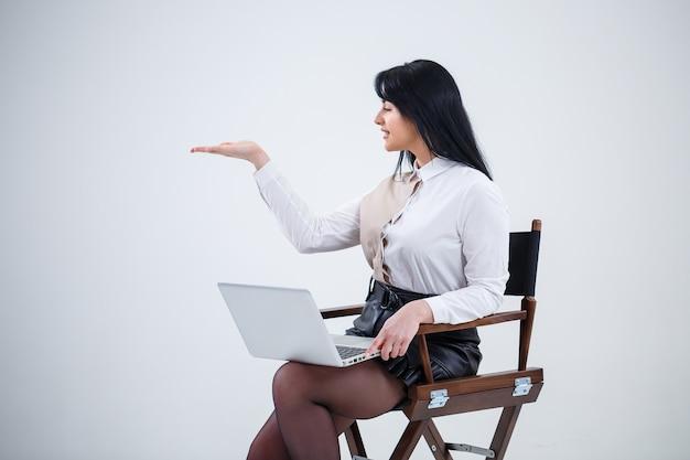 Insegnante ragazza, uomo d'affari sta studiando un nuovo progetto su un laptop. concetto di giornata lavorativa