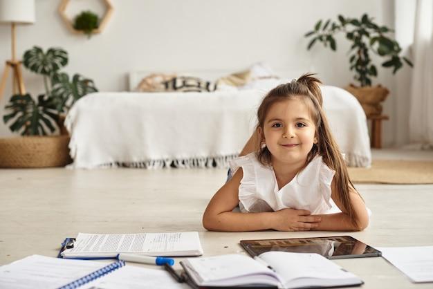 La ragazza insegna lezioni e gioca sul tablet a casa