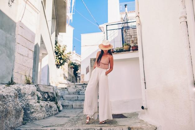 Il turista della ragazza cammina all'aperto in via stretta