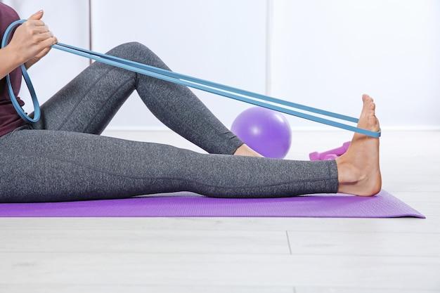 Ragazza che si allena con elastico in palestra