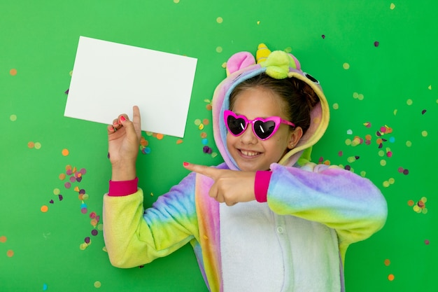 Ragazza in costume da unicorno ritratto