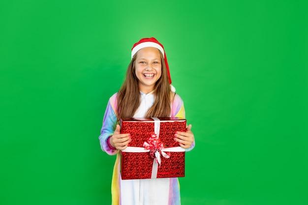 Ragazza in costume da unicorno con scatole regalo