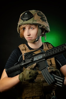 La ragazza in uniforme mira con una pistola