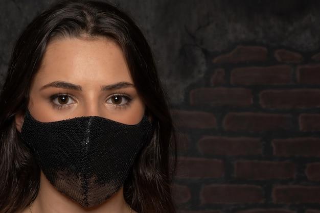 Ragazza che usando maschera protettiva