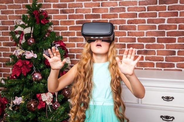 Ragazza che usa le cuffie per realtà virtuale durante le vacanze di capodanno