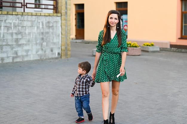 La ragazza cammina per la città tenendo la mano di un bambino