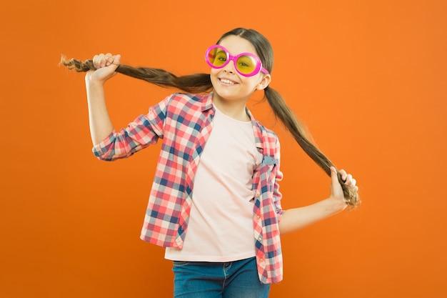 La ragazza indossa gli occhiali la protezione dai raggi ultravioletti è fondamentale mentre la polarizzazione è più preferita