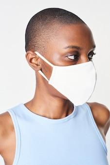 Ragazza che indossa una maschera per il viso