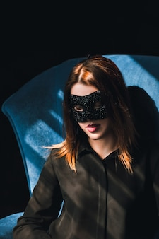 Ragazza che indossa una maschera. ogni donna è un mistero. concetto di vita segreta