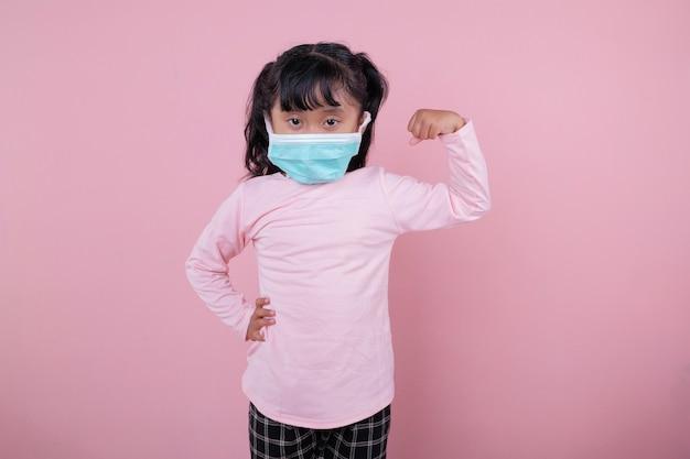 La ragazza che indossa una maschera medica bambini forti