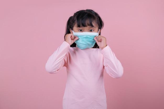 La ragazza che indossa una mascherina medica