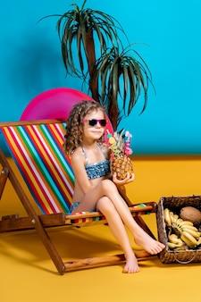 Ragazza che indossa occhiali da sole e costume da bagno a prendere il sole nel ponte arcobaleno