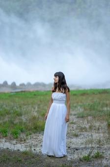 Ragazza in abito bianco in un bel paesaggio
