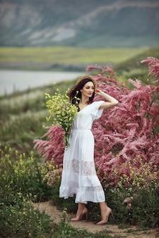 Una ragazza in abito bianco