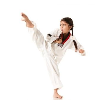 La ragazza in kimono bianco fa un pugno