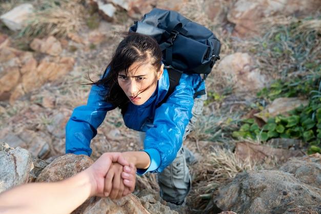 Una ragazza con uno zaino escursionismo hipster avventura su hill mountain. riprendi l'ispirazione