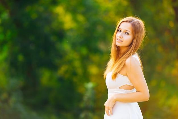 Una ragazza con una bella figura