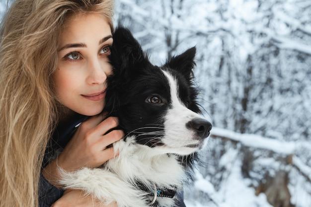 Ragazza con un cane border collie