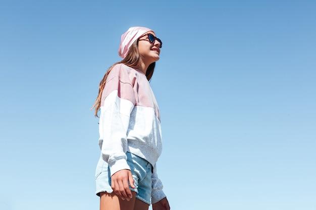 Ragazza con cancro al seno, che indossa un foulard rosa. giornata internazionale del cancro al seno