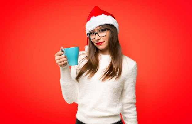 Ragazza con la celebrazione delle vacanze di natale che tiene caffè caldo in tazza di carta da asporto