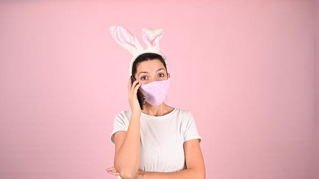 Ragazza con le orecchie in una maschera, parlando al telefono. foto di alta qualità