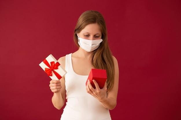 Ragazza con maschera facciale apertura presente il giorno di san valentino