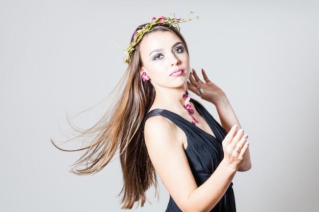 Ragazza con trucco alla moda e petali di rose secchi tatuaggio naturale