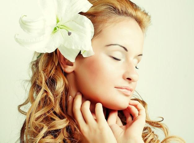 Ragazza con un fiore tra i capelli da vicino