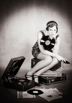Ragazza con grammofono e un piatto rotto. retrò