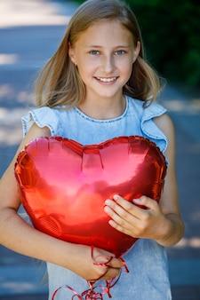 Ragazza con palloncino a forma di cuore