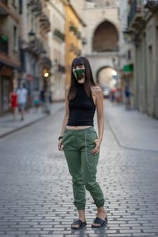 Ragazza con la maschera sulla strada