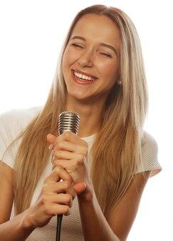 Ragazza con un microfono che canta e si diverte
