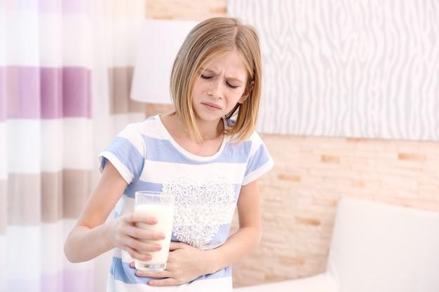 Ragazza con allergia al latte a casa