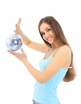 La ragazza con una sfera a specchio su uno sfondo bianco