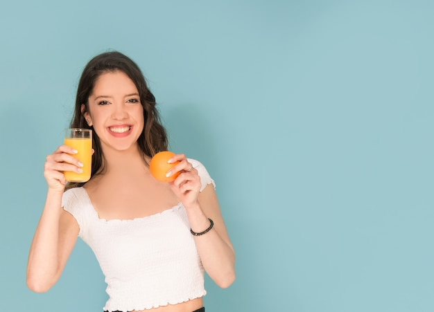 Ragazza con succo d'arancia fresco