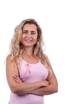 Ragazza con la maglietta rosa che tiene il nastro del cancro al seno sopra un bianco.