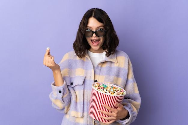 Ragazza con popcorn su sfondo isolato