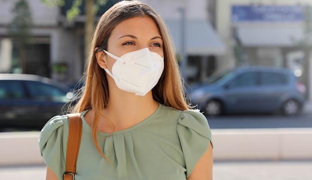 Ragazza con maschera protettiva sul viso contro il coronavirus 2019.