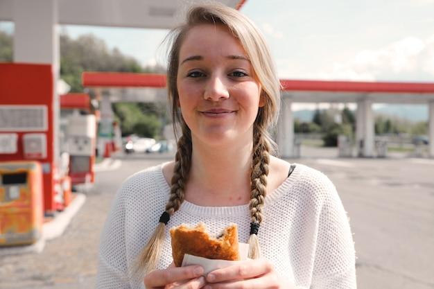 Ragazza con un panino