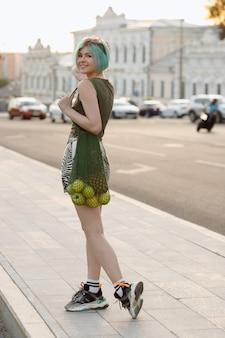 Ragazza con shopper con frutta felice