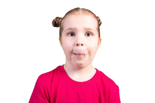 Ragazza con nastro adesivo sulla bocca isolato su sfondo bianco