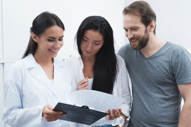 Una ragazza con un tablet controlla l'ingresso dal dentista.
