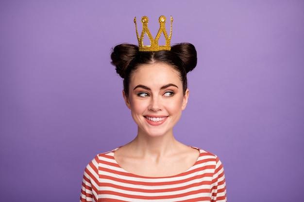 Ragazza con acconciatura alla moda e corona