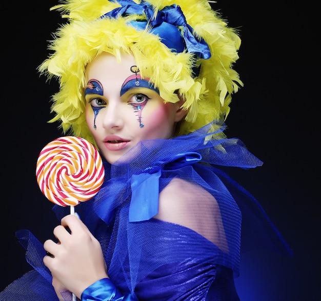 La ragazza con con trucco creativo tiene il lecca-lecca. stile bambola.