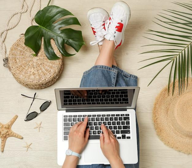 La ragazza lavora ad un computer portatile, vista dall'alto. concetto di blogger