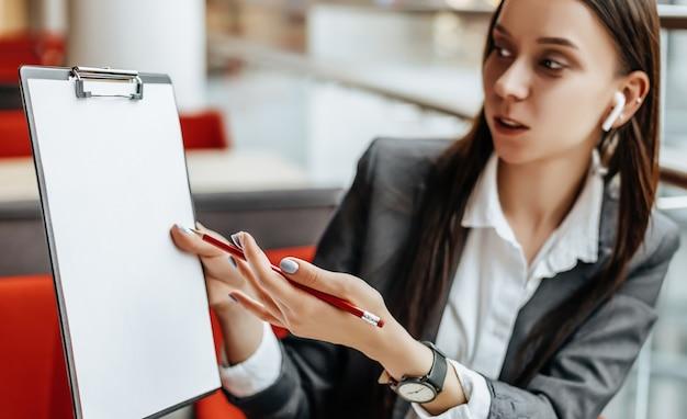 La ragazza lavora su un laptop sul posto di lavoro Foto Premium