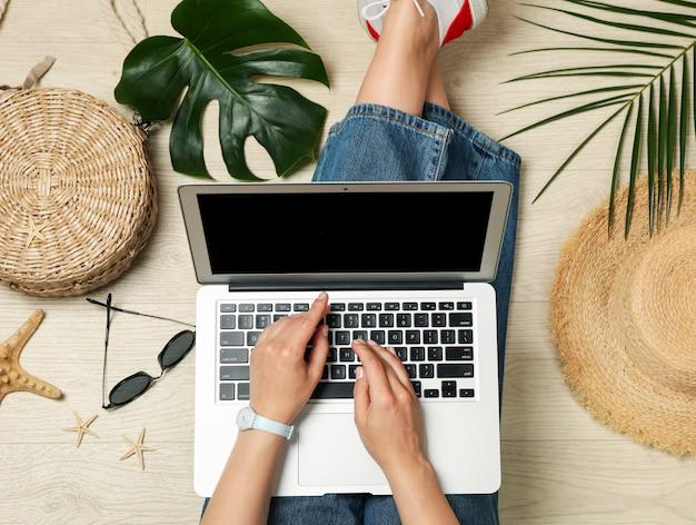 La ragazza lavora a un laptop